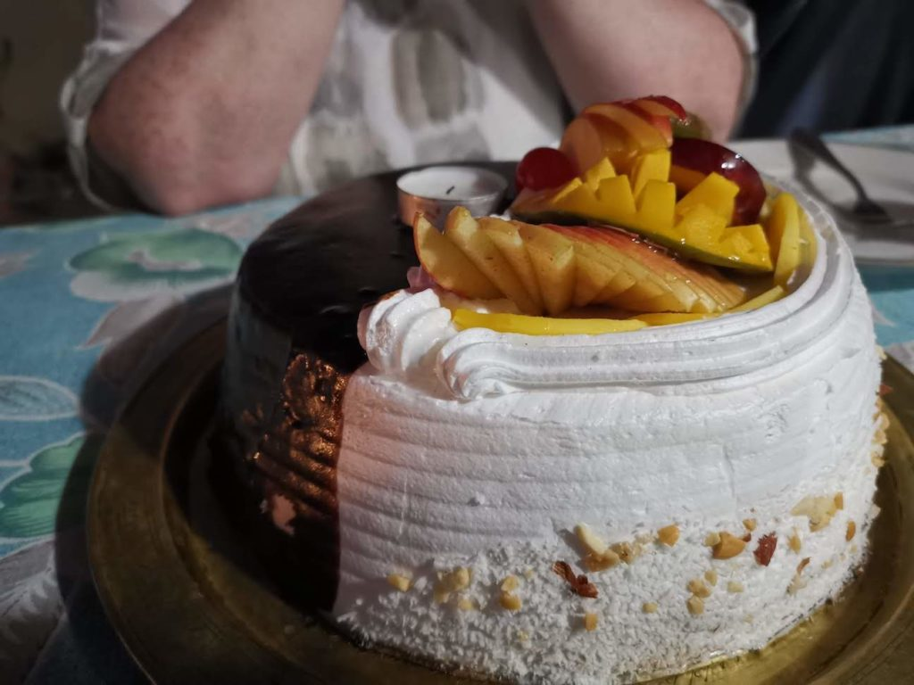 Cream cake with mango and apple